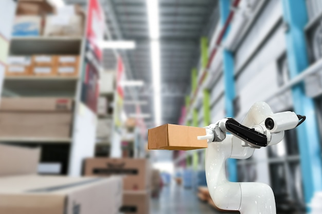 La tecnologia industriale che utilizza robot meccanici armano la scatola in fabbrica