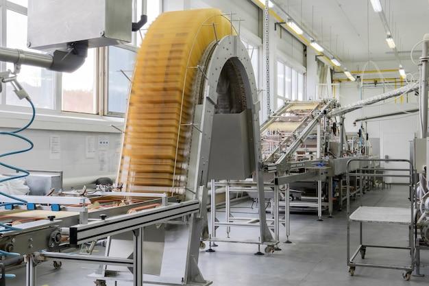 Macchina per waffle industriale sfocata in movimento