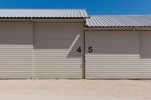 Capannone industriale con numeri sul muro. priorità bassa astratta di architettura.