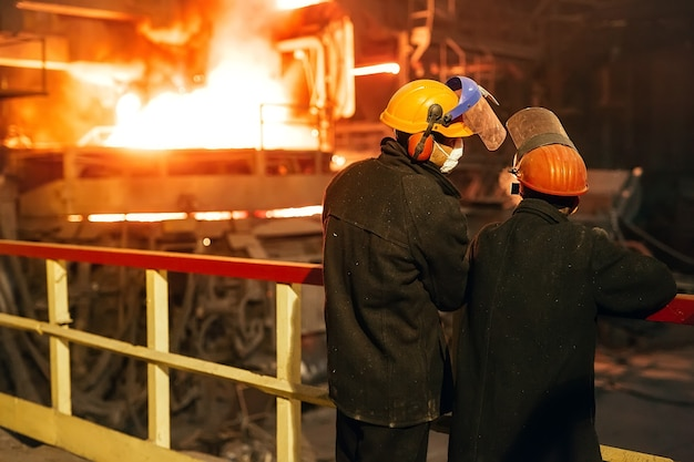 Operaio industriale al primo piano della saldatura della fabbrica