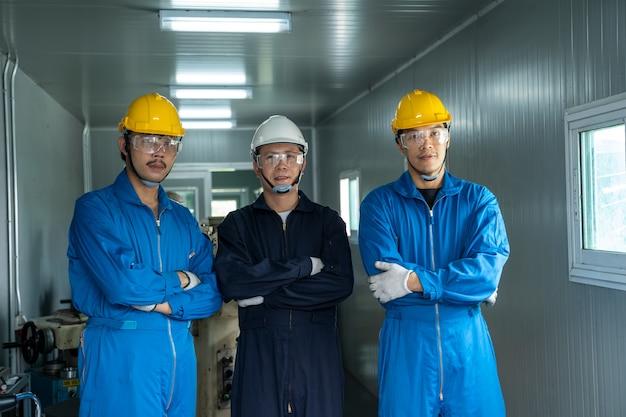 Operaio industriale che lavora in fabbrica, fabbrica di produzione industriale del tornio del metallo.