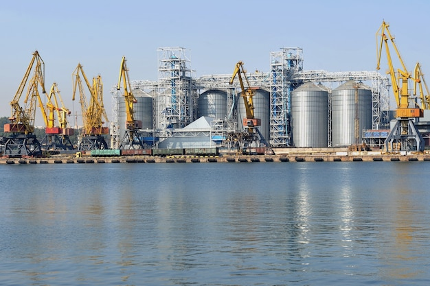 Zona industriale del porto marittimo di odessa porto portuale con terminal per l'elevatore del grano e area container