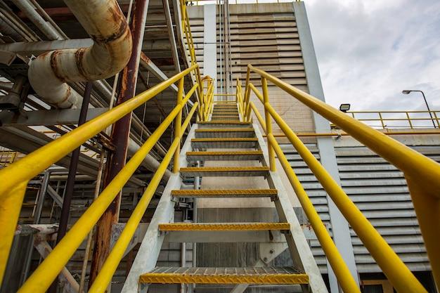 Zona industriale di acciaio per scale, ispezione delle scale con struttura gialla in fabbrica