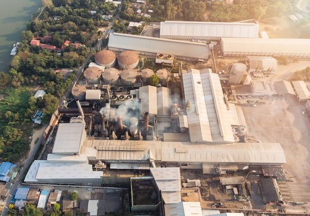 Fabbrica di industria manifatturiera con emissione di fumo dai camini