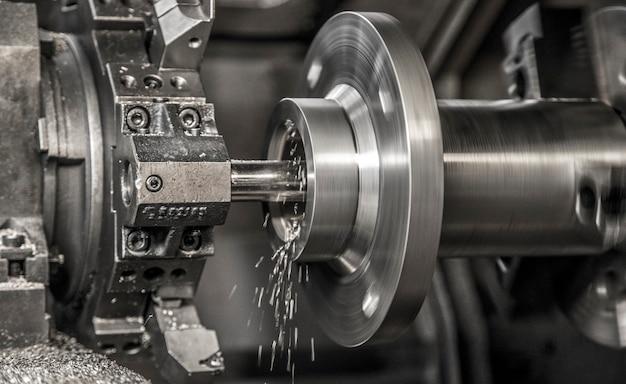 Lavoro con macchine per tornitura industriale