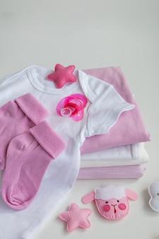 Berretto ciuccio neonato vestiti per neonati su sfondo
