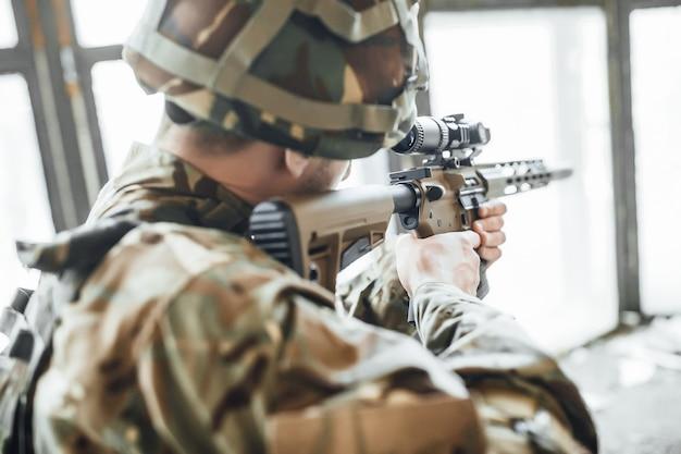 Soldato di fanteria che spara durante l'addestramento al combattimento militare. guerra, esercito, arma