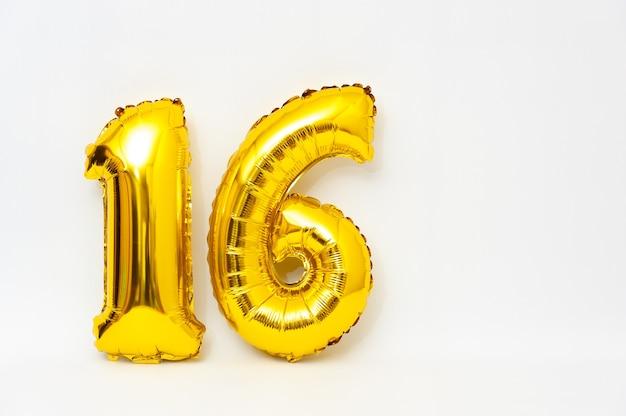 Numero gonfiabile 16 scintillante colore dorato metallico isolato su sfondo bianco