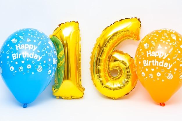 Numero 16 gonfiabile scintillante color oro metallizzato con palloncini blu e gialli