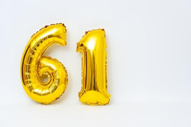 Numero gonfiabile 61 scintillante colore dorato metallico isolato su sfondo bianco