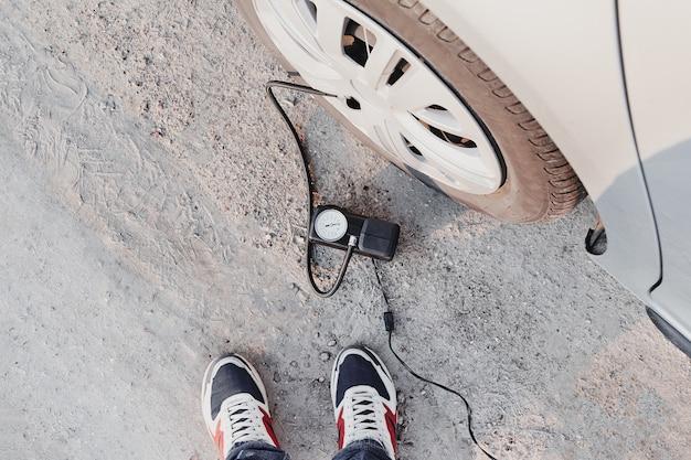 Gonfiaggio pneumatico con compressore per auto