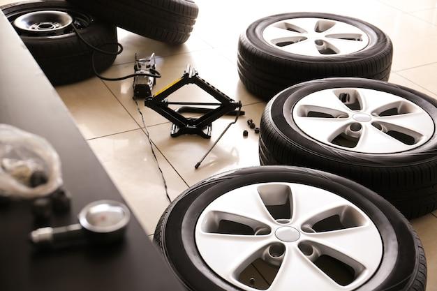 Gonfiaggio di pneumatici per auto nel centro di assistenza automobilistica