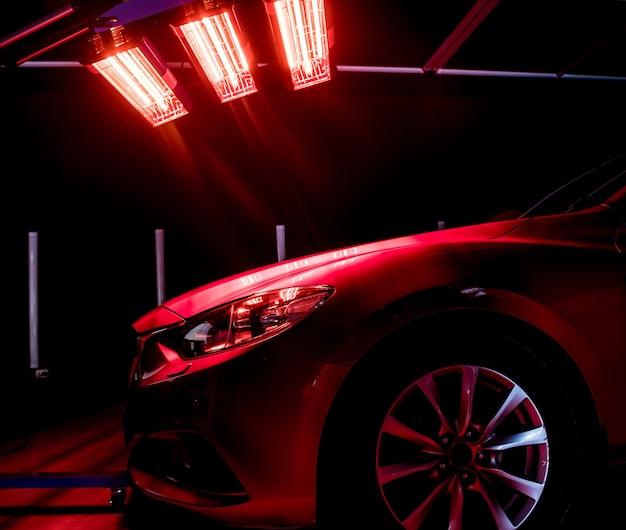 Lampade a infrarossi per l'asciugatura di parti della carrozzeria dell'auto dopo l'applicazione di un rivestimento lucido