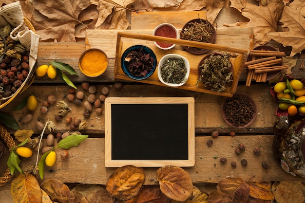Ingrediente per preparare tè sano con spezie e spazio libero di garofano sulla lavagna