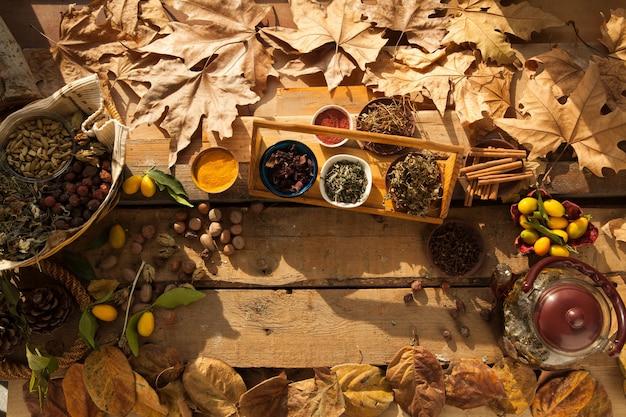 Ingrediente per la preparazione di tè sano con spezie e spazio libero di garofano su fondo di legno