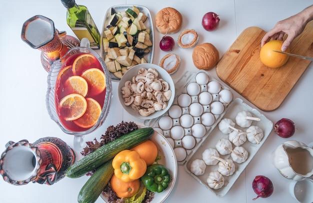 Ingredienti crudi con verdure e frutta che si preparano per la cottura sul tavolo
