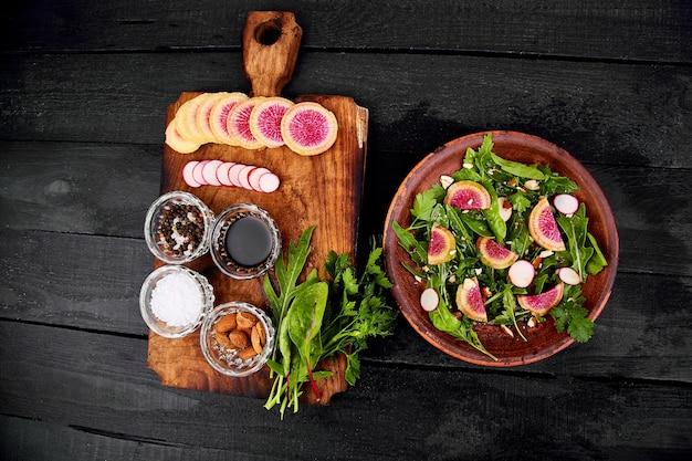 Piatto marrone dell'ingrediente e dell'insalata