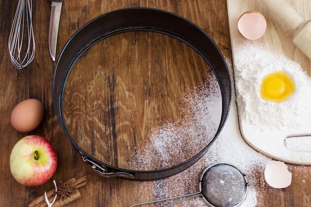 Ingredienti per torta di mele, fondo di cottura, spazio per il testo