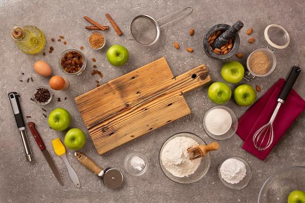 Ingredienti per lo strudel di mele, vista dall'alto