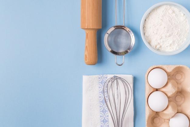 Ingredienti per la cottura su sfondo blu