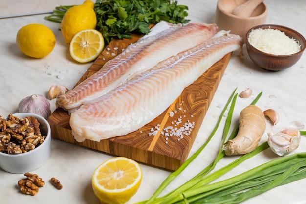 Ingredienti per cuocere il merluzzo in cucina