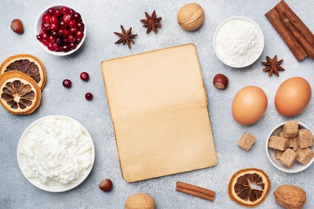 Ingredienti per cuocere biscotti, cupcakes e torte. pagina dei mirtilli rossi crudi della ricotta dello zucchero della farina delle uova degli alimenti