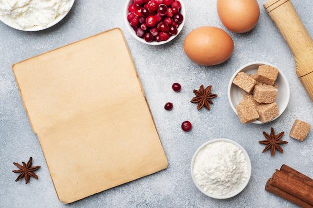 Ingredienti per cuocere biscotti, cupcakes e torte. mirtilli rossi crudi della ricotta dello zucchero della farina delle uova degli alimenti