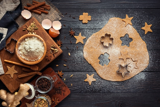 Ingredienti per cuocere i biscotti allo zenzero