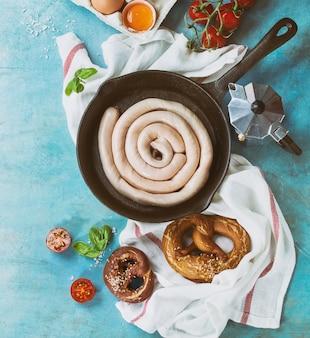 Ingredienti per la colazione con salsiccia