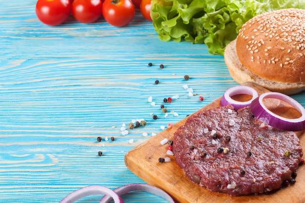 Gli ingredienti per l'hamburger