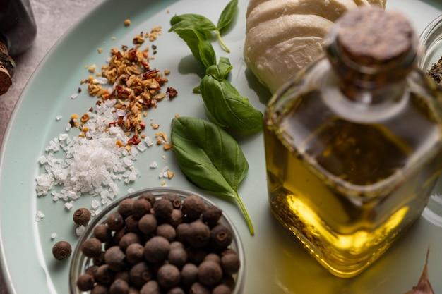 Ingredienti per insalata caprese si chiudono sul piatto di insalata