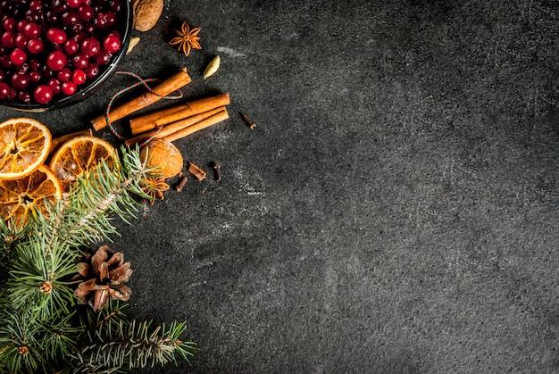 Ingredienti per natale, biscotti da forno invernali. pan di zenzero, torta di frutta, bevande di stagione.