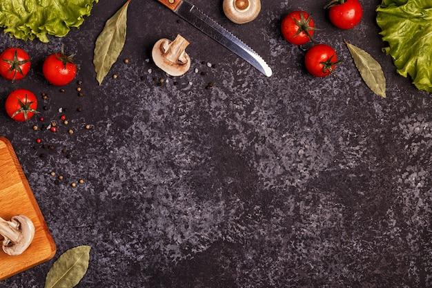 Ingredienti per la cottura su cemento scuro.