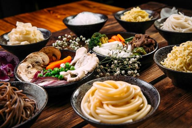 Ingredienti per cucinare i noodles della cucina coreana