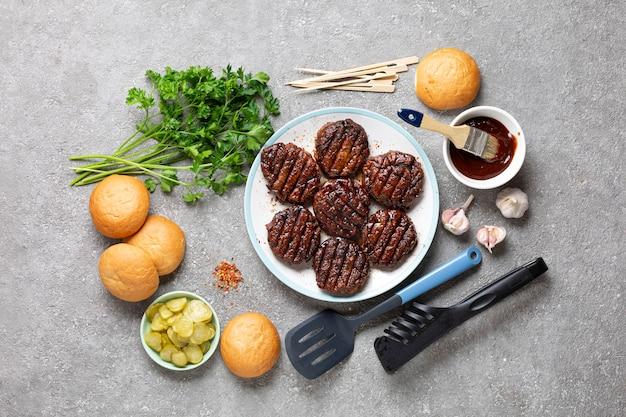 Ingredienti per cucinare hamburger di carne da vicino sulla pietra