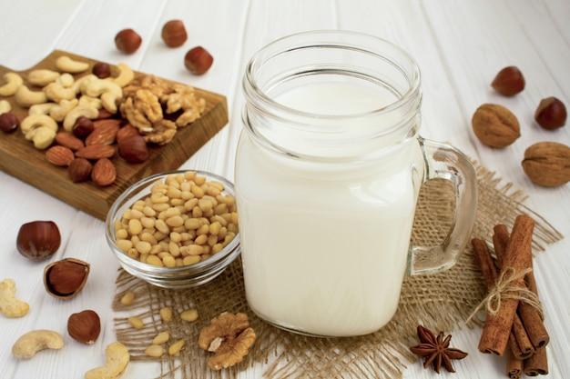 Ingredienti per cucinare il latte di noci su bianco