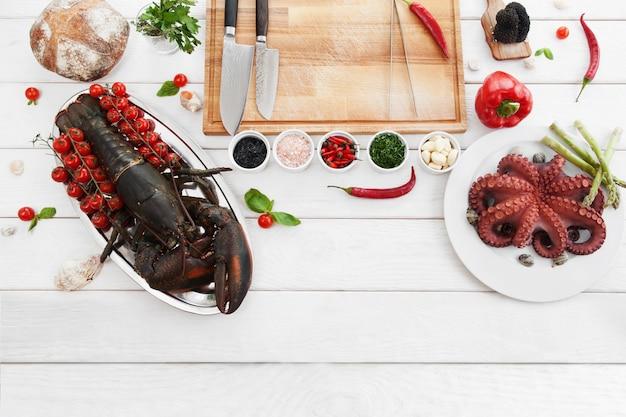 Ingredienti per cucinare, cibi crudi, piatti lay