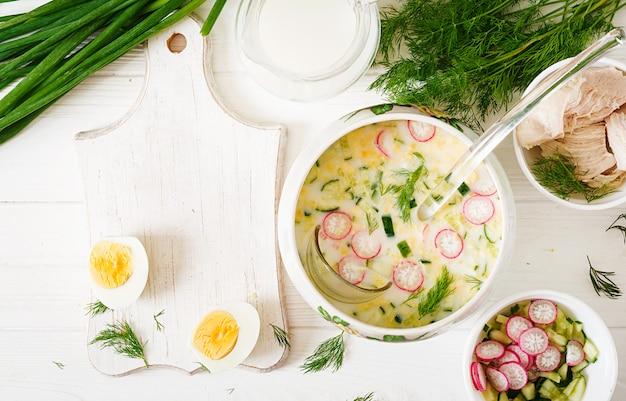 Ingredienti per cucinare zuppa fredda yogurt estivo con uova, cetrioli, pollo e aneto