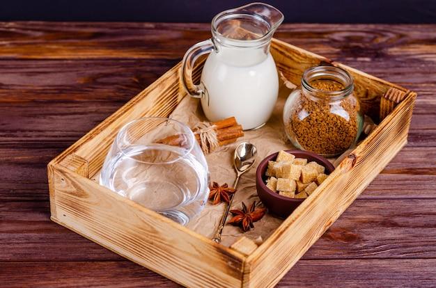 Ingredienti per il caffè dalgon in una scatola su uno sfondo di legno