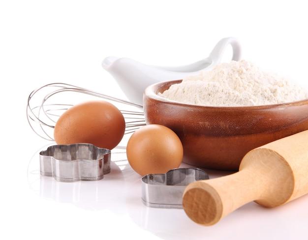 Ingredienti per l'impasto isolato su bianco