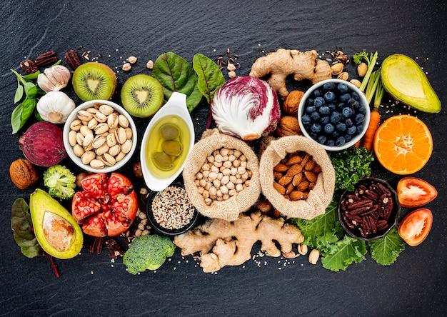 Ingredienti per la selezione di cibi sani. il concetto di creazione di alimenti sani