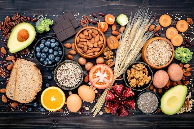 Preparazione degli ingredienti per la selezione di cibi sani.