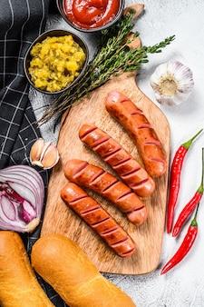 Ingredienti per hot dog su un tavolo bianco