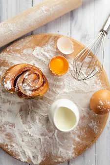 Gli ingredienti per fare i prodotti da forno in tavola sono le uova di farina di frumento