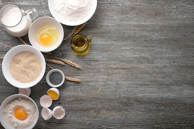 Ingredienti per fare il pane sulla tavola