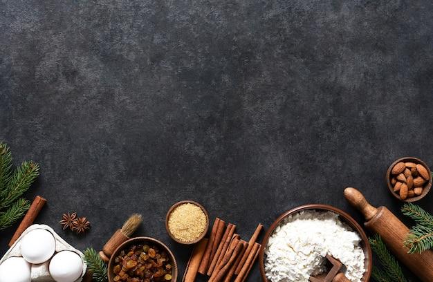 Ingredienti per preparare prodotti da forno natalizi. vista dall'alto