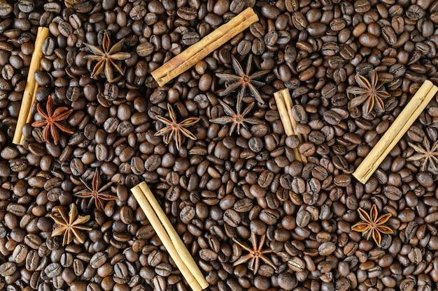 Ingredienti per fare il caffè - di chicchi di caffè tostati con anice stellato e cannella