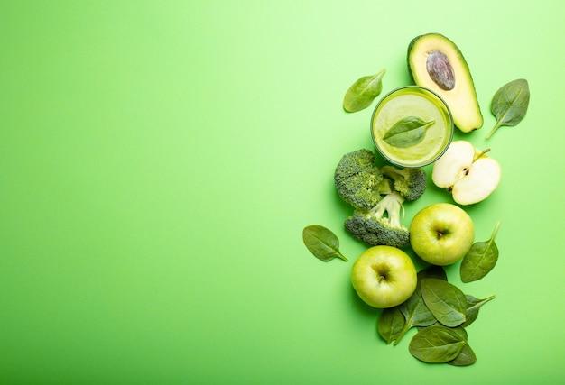 Ingredienti per preparare un frullato sano verde con broccoli, mele, avocado, spinaci su sfondo pastello, spazio per il testo. mangiare pulito, piano di disintossicazione, dieta, concetto di perdita di peso. primo piano, vista dall'alto