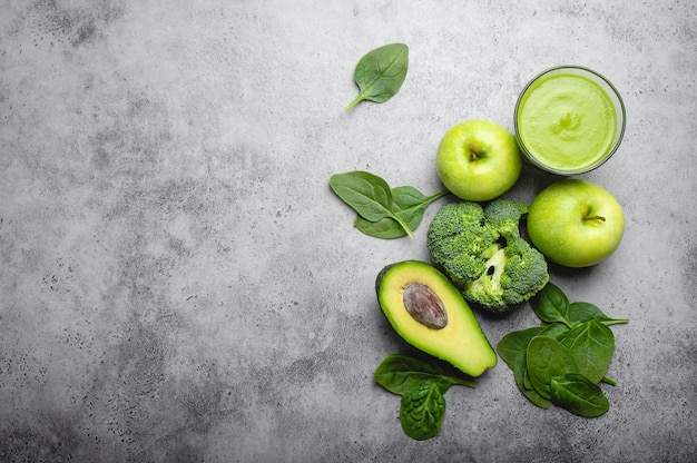 Ingredienti per preparare un frullato sano verde con broccoli, mele, avocado, spinaci, sfondo di pietra. mangiare pulito, piano di disintossicazione, dieta, concetto di perdita di peso. primo piano, vista dall'alto, spazio per il testo