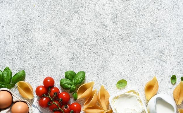 Ingredienti per fare la pasta con ricotta, basilico e salsa. processo di cottura.